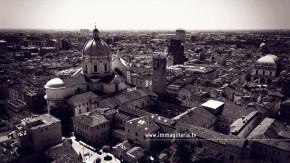 Fotografie aeree di Brescia. Il castello, il centro, il duomo e la loggia.