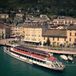 Fotografia aerea di un traghetto del Lago di Garda in arrivo a Salò