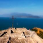 La rocca di Manerba con la Croce, mentre il drone si sta alzando per dirigersi verso il lago