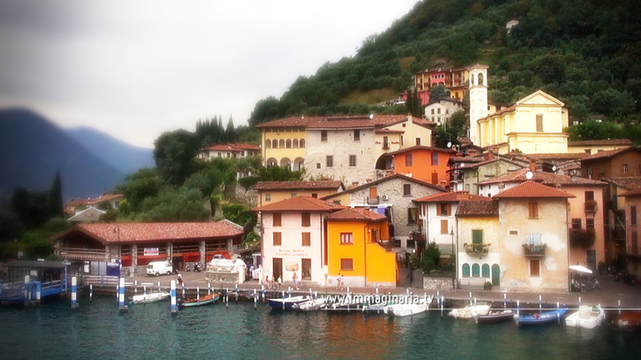 Fotografia aere del borgo di Peschiera Maraglio a Montisola