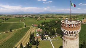 Il drone riprende la sommità della Torre. Il lago di Garda e il monte Baldo fanno da cornice